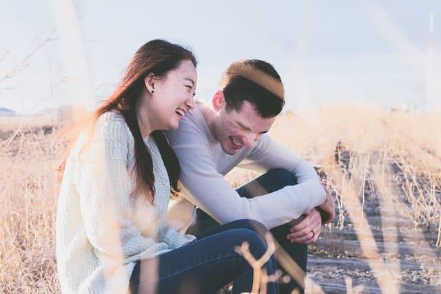 Gemeinsames Lachen Frau und Mann
